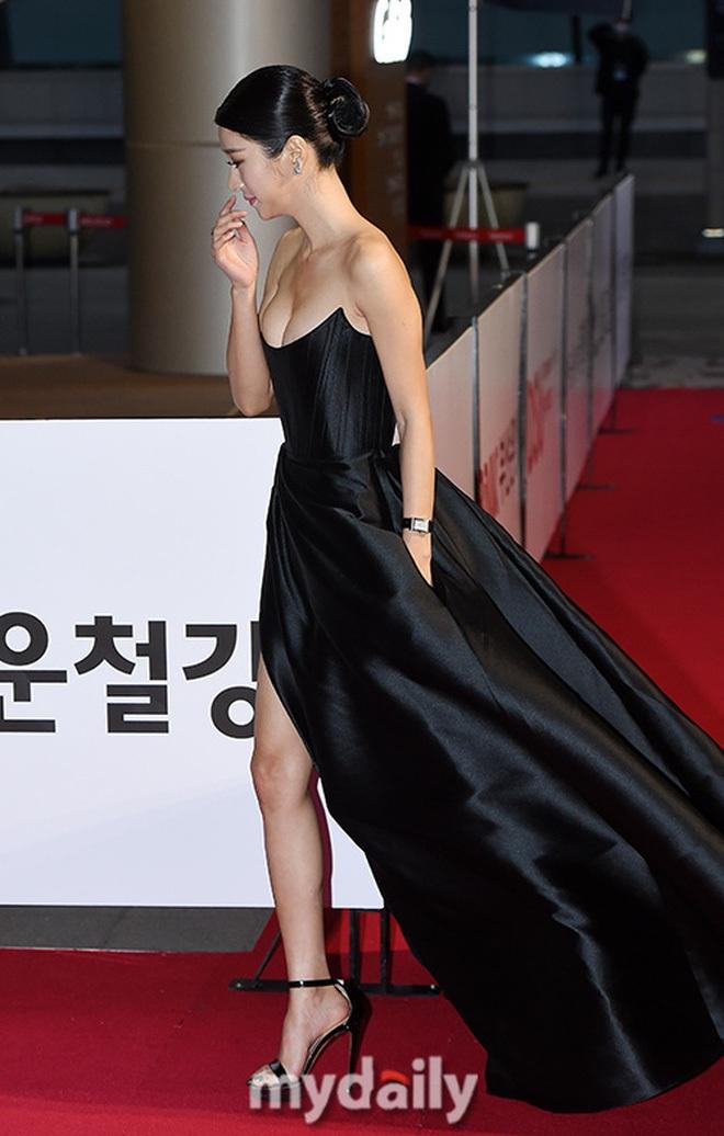 Những màn o ép vòng 1 muốn bung cúc của Seo Ye Ji: O ép bức thở trên thảm đỏ, từ tạp chí ra ngoài đời đều khoe bỏng mắt - ảnh 3