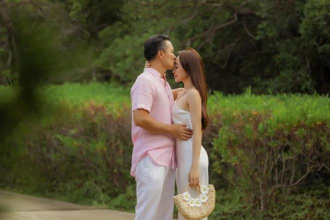 """Ra đây mà xem Chi Bảo phát """"cẩu lương"""" với vợ sắp cưới kém 16 tuổi, combo hôn hít và khoe body đủ cả! - ảnh 2"""