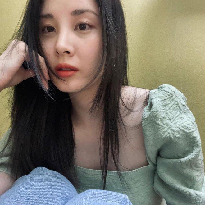 Seohyun (SNSD) xuất hiện giữa scandal chấn động: Cố mỉm cười nhưng lại lộ rõ 1 điểm gây xót xa - ảnh 1