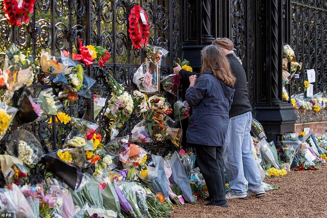Dân Anh cảm kích trước hành động của Nữ hoàng Anh 4 ngày sau khi chồng qua đời, kêu gọi đừng để bà phải một mình tại lễ tang Hoàng thân - ảnh 1