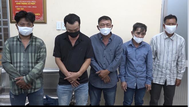 Bắt băng nhóm dàn cảnh va quẹt xe với phụ nữ để trộm cắp tài sản ở Sài Gòn - ảnh 1