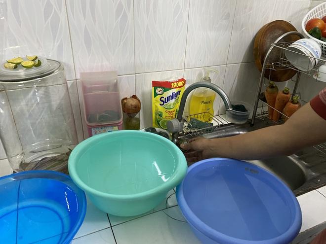 """Khổ như Sài Gòn cúp nước: Người dân phải """"nhịn"""" vệ sinh buổi tối, tích trữ nước trước 5 giờ chiều - ảnh 5"""