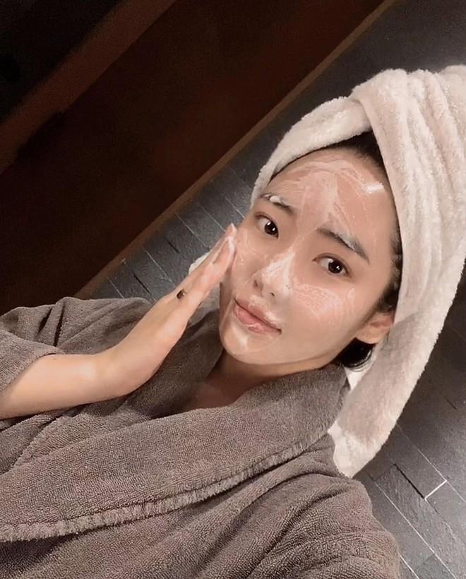 Nếu biết lý do khiến làn da ngày càng nhăn nheo mụn nhọt, bạn sẽ cạch đến già việc dùng khăn lau mặt - ảnh 1