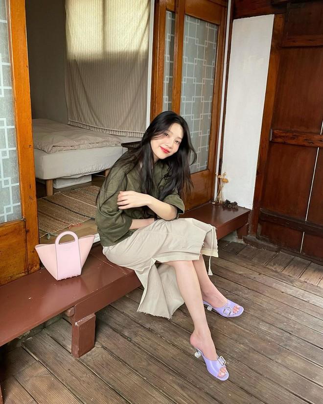 Check nhanh 9 cách diện áo blouse đẹp mê từ sao Hàn, đang bí ý tưởng lên đồ quẩy cuối tuần thì xem ngay! - ảnh 4