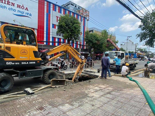 """Lại xuất hiện """"hố tử thần"""" khổng lồ trên đường Sài Gòn sau cơn mưa - Ảnh 2."""