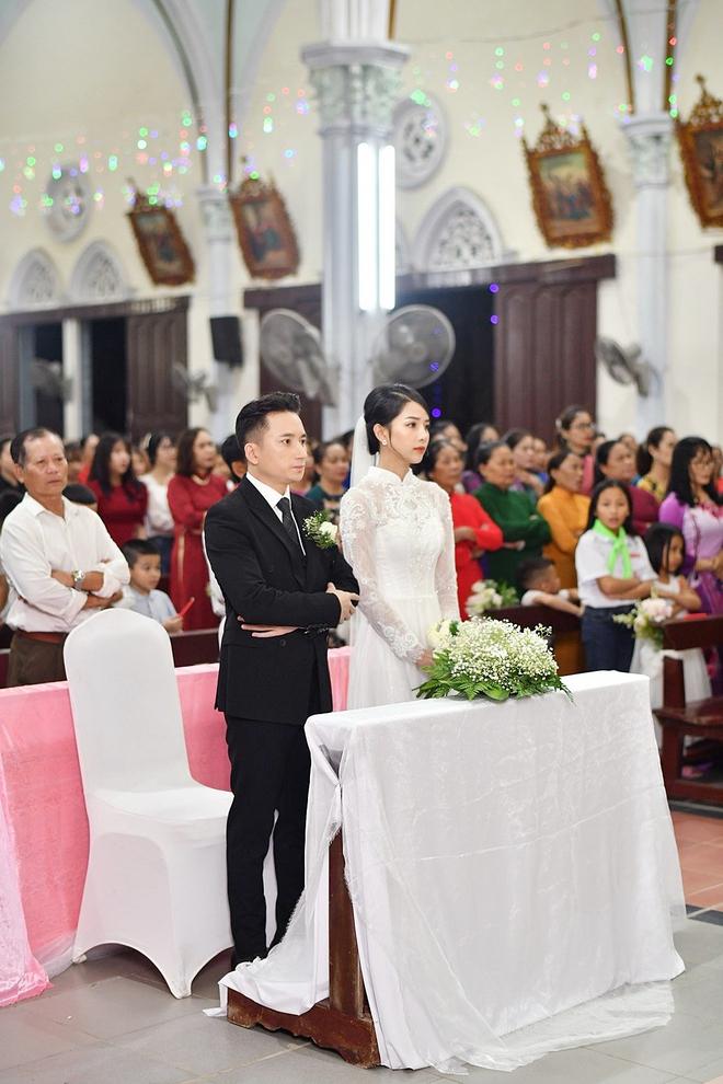 Bóc áo dài cưới của vợ Phan Mạnh Quỳnh: Đính tới 8000 viên đá swarovski đắt tiền, đai corset làm nổi vòng 2 siêu thực của cô dâu - ảnh 4
