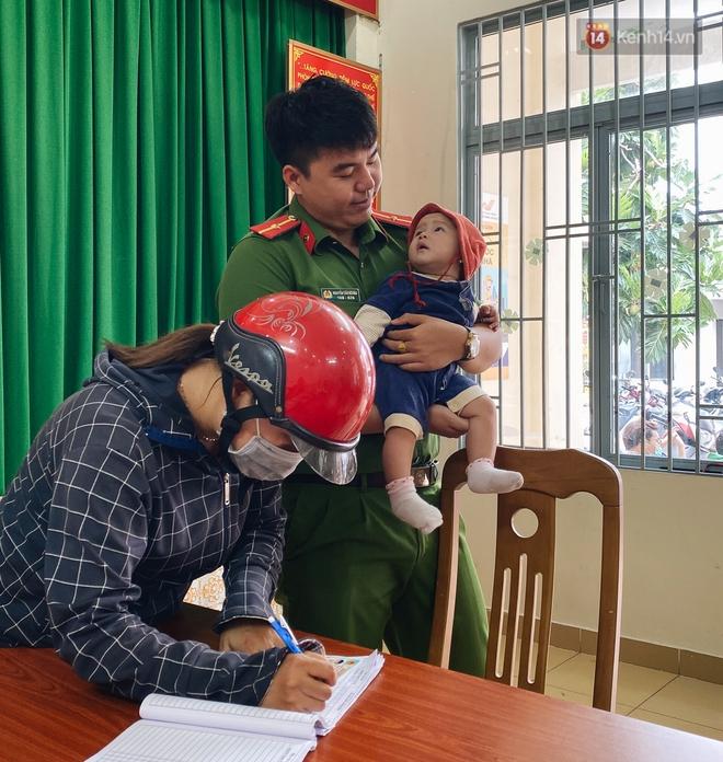 Khoảnh khắc đẹp trong những ngày làm CCCD ở TP.HCM: Cán bộ Công an cõng cụ già, bồng em bé giúp người dân - ảnh 10