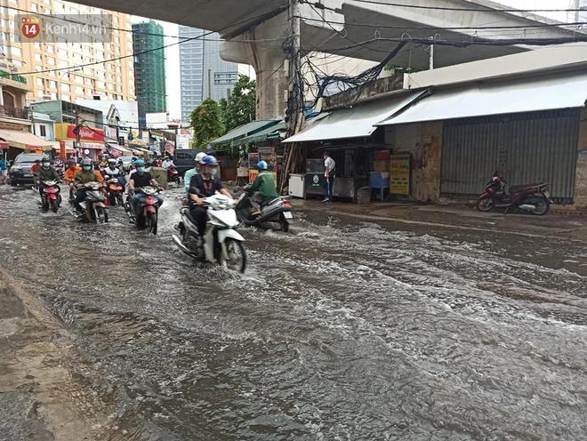 Người Sài Gòn lại quay cuồng trong cảnh kẹt xe, lội nước vì đường ngập vào buổi sáng - Ảnh 6.