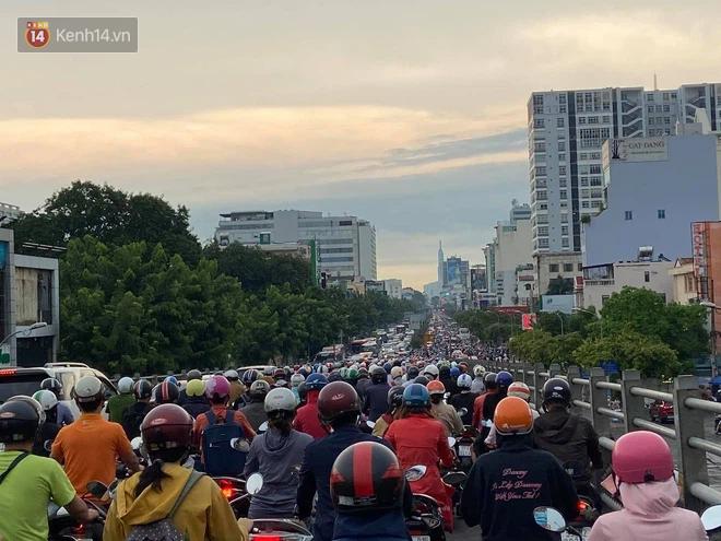 Người Sài Gòn lại quay cuồng trong cảnh kẹt xe, lội nước vì đường ngập vào buổi sáng - Ảnh 5.
