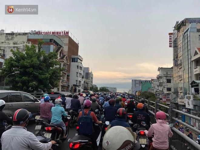 Người Sài Gòn lại quay cuồng trong cảnh kẹt xe, lội nước vì đường ngập vào buổi sáng - Ảnh 4.