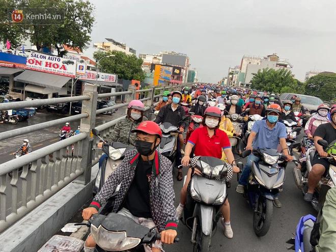 Người Sài Gòn lại quay cuồng trong cảnh kẹt xe, lội nước vì đường ngập vào buổi sáng - Ảnh 3.