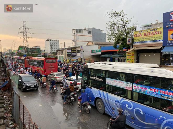 Người Sài Gòn lại quay cuồng trong cảnh kẹt xe, lội nước vì đường ngập vào buổi sáng - Ảnh 2.