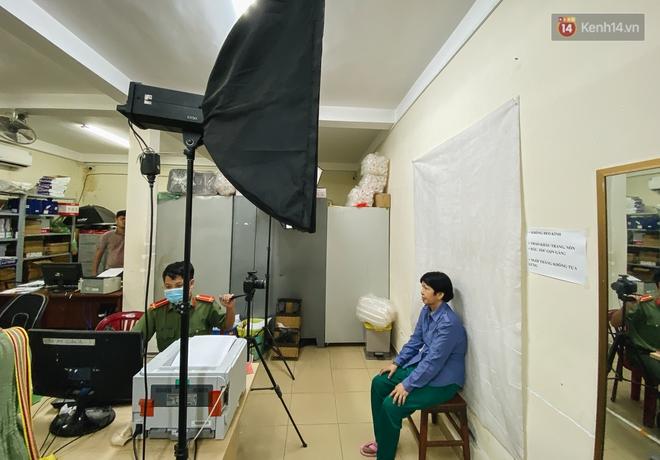Khoảnh khắc đẹp trong những ngày làm CCCD ở TP.HCM: Cán bộ Công an cõng cụ già, bồng em bé giúp người dân - ảnh 5