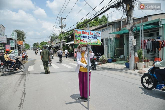 Chuyện về cô Hai Trị cứ giờ tan học lại cầm một tấm bảng lao ra xin đường cho học sinh Sài Gòn - ảnh 1