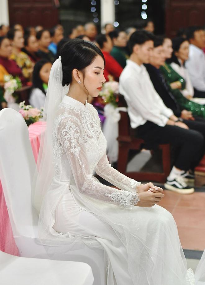 Bóc áo dài cưới của vợ Phan Mạnh Quỳnh: Đính tới 8000 viên đá swarovski đắt tiền, đai corset làm nổi vòng 2 siêu thực của cô dâu - ảnh 2