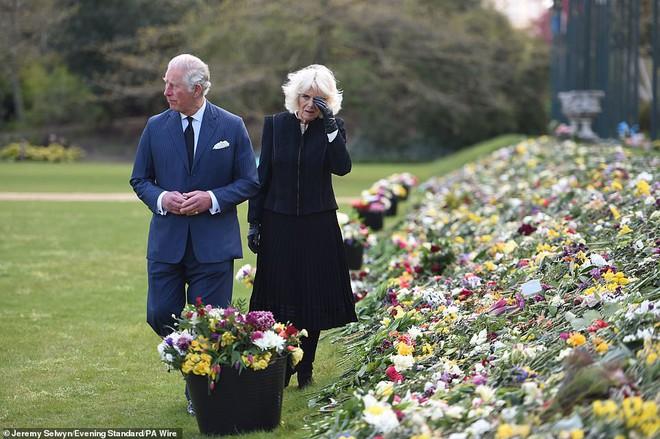 Nữ hoàng Anh chia sẻ bức hình thời trẻ đẹp trai hút hồn của Hoàng tế Philip, Thái tử Charles bật khóc khi đi giữa biển hoa tưởng nhớ cha - ảnh 8