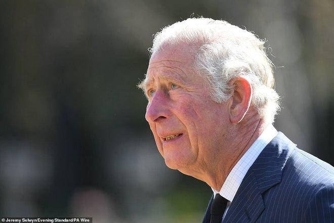 Nữ hoàng Anh chia sẻ bức hình thời trẻ đẹp trai hút hồn của Hoàng tế Philip, Thái tử Charles bật khóc khi đi giữa biển hoa tưởng nhớ cha - ảnh 6
