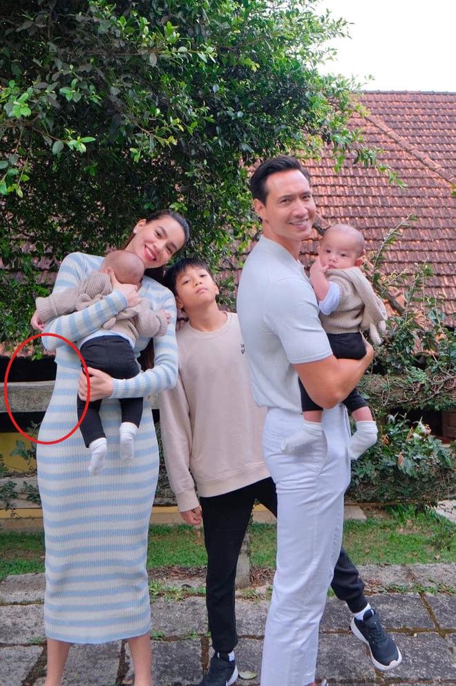 Muốn có eo thon trong bức ảnh đủ cả gia đình, Hà Hồ khéo chỉnh sửa nhưng vẫn bị thánh soi phát hiện qua một chi tiết? - ảnh 1
