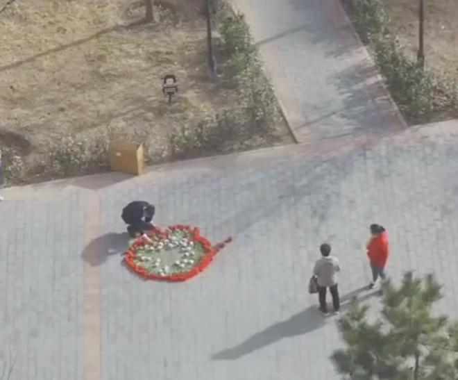 Hồi hộp vì lần đầu cầu hôn, thanh niên xếp hoa thành hình dáng lạ khiến anh shipper phải bắt tay trợ giúp - ảnh 1