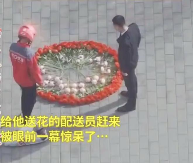 Hồi hộp vì lần đầu cầu hôn, thanh niên xếp hoa thành hình dáng lạ khiến anh shipper phải bắt tay trợ giúp - ảnh 3