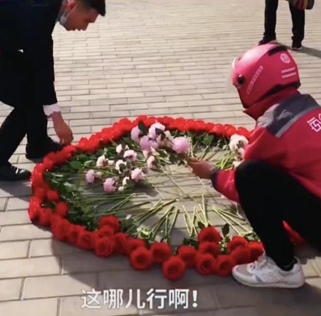 Hồi hộp vì lần đầu cầu hôn, thanh niên xếp hoa thành hình dáng lạ khiến anh shipper phải bắt tay trợ giúp - ảnh 4