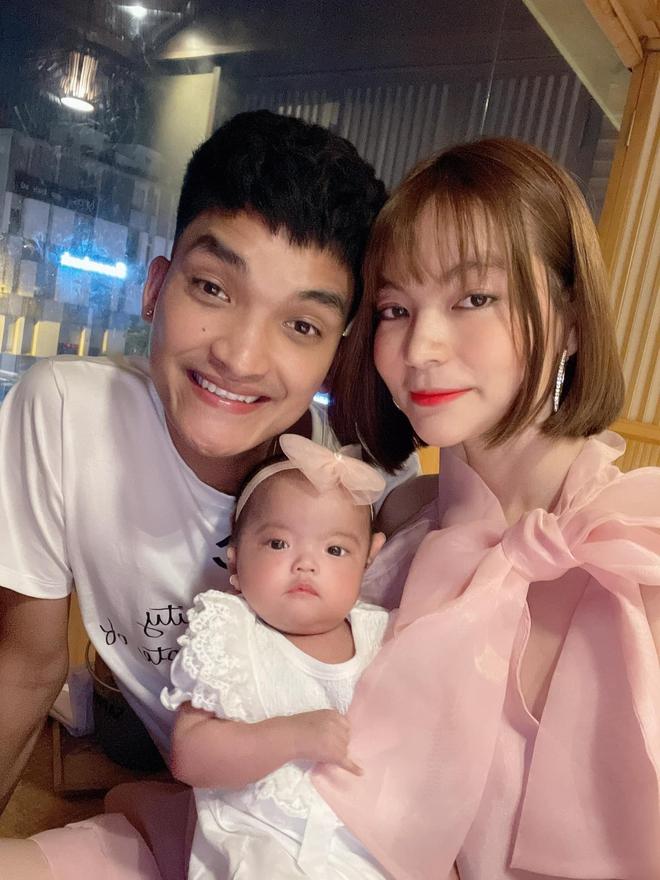 Vợ chồng Mạc Văn Khoa tình tứ tại sự kiện ra mắt phim, body hậu 4 tháng sinh con của Vy Pumpe gây xuýt xoa - ảnh 4