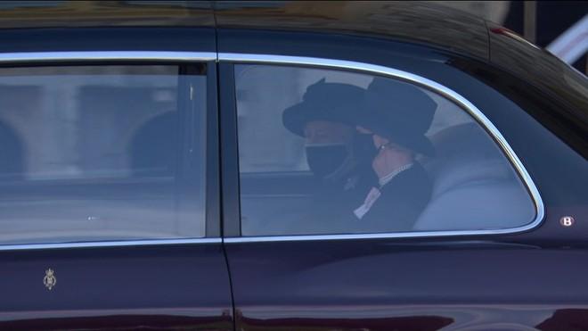 Nghẹn ngào trước hình ảnh Nữ hoàng Anh gạt nước mắt, ngồi cô đơn một mình trong tang lễ tiễn biệt người chồng 73 năm - ảnh 1