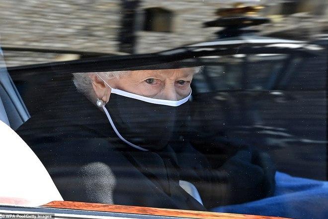 Nghẹn ngào trước hình ảnh Nữ hoàng Anh gạt nước mắt, ngồi cô đơn một mình trong tang lễ tiễn biệt người chồng 73 năm - ảnh 2