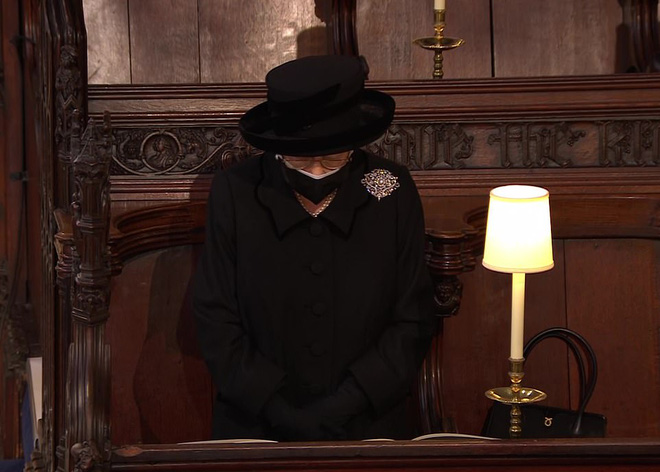 Nghẹn ngào trước hình ảnh Nữ hoàng Anh gạt nước mắt, ngồi cô đơn một mình trong tang lễ tiễn biệt người chồng 73 năm - ảnh 7
