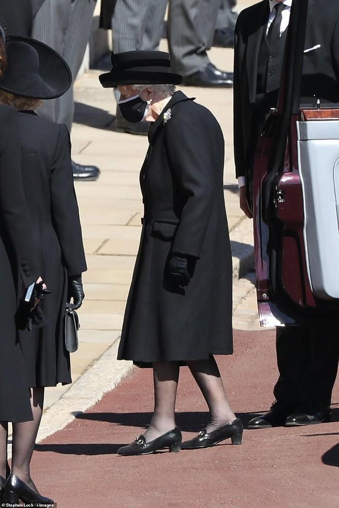 Nghẹn ngào trước hình ảnh Nữ hoàng Anh gạt nước mắt, ngồi cô đơn một mình trong tang lễ tiễn biệt người chồng 73 năm - ảnh 4