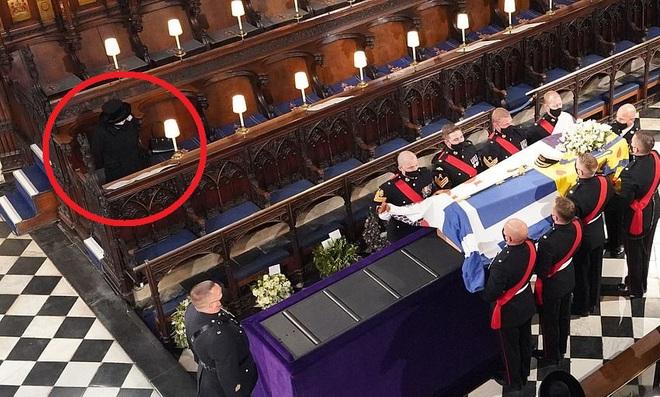 Nghẹn ngào trước hình ảnh Nữ hoàng Anh gạt nước mắt, ngồi cô đơn một mình trong tang lễ tiễn biệt người chồng 73 năm - ảnh 9