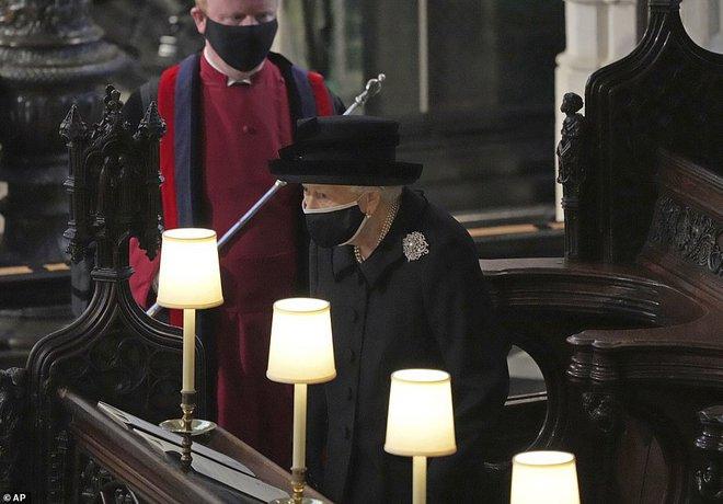 Nghẹn ngào trước hình ảnh Nữ hoàng Anh gạt nước mắt, ngồi cô đơn một mình trong tang lễ tiễn biệt người chồng 73 năm - ảnh 5
