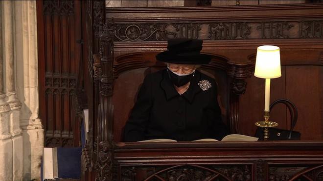Nghẹn ngào trước hình ảnh Nữ hoàng Anh gạt nước mắt, ngồi cô đơn một mình trong tang lễ tiễn biệt người chồng 73 năm - ảnh 8