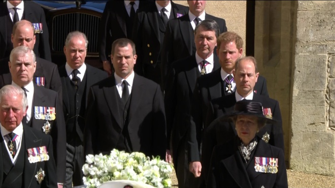 Sau mọi sóng gió, anh em Hoàng tử William – Harry lần đầu mặt đối mặt tại tang lễ ông nội, Công nương Kate cố tình lánh đi để họ được riêng tư - ảnh 3