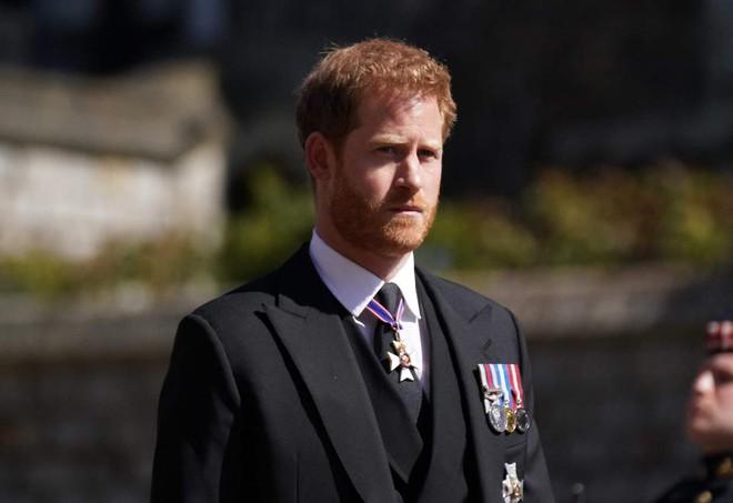 Sau mọi sóng gió, anh em Hoàng tử William – Harry lần đầu mặt đối mặt tại tang lễ ông nội, Công nương Kate cố tình lánh đi để họ được riêng tư - ảnh 1