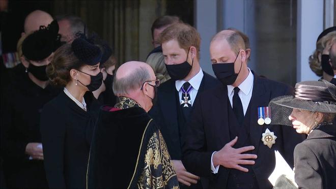 Sau mọi sóng gió, anh em Hoàng tử William – Harry lần đầu mặt đối mặt tại tang lễ ông nội, Công nương Kate cố tình lánh đi để họ được riêng tư - ảnh 6