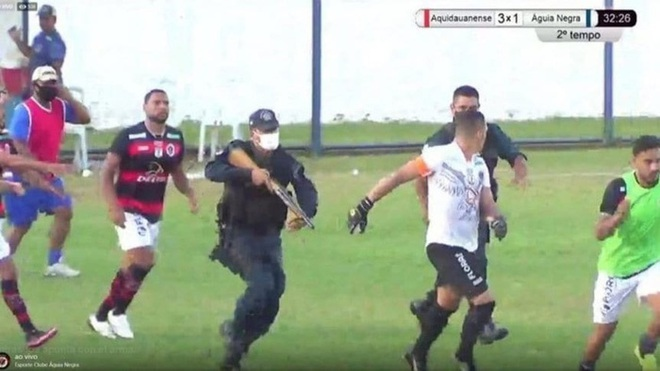 Hãi hùng: Cảnh sát dùng súng bắn vào chân cầu thủ - ảnh 1