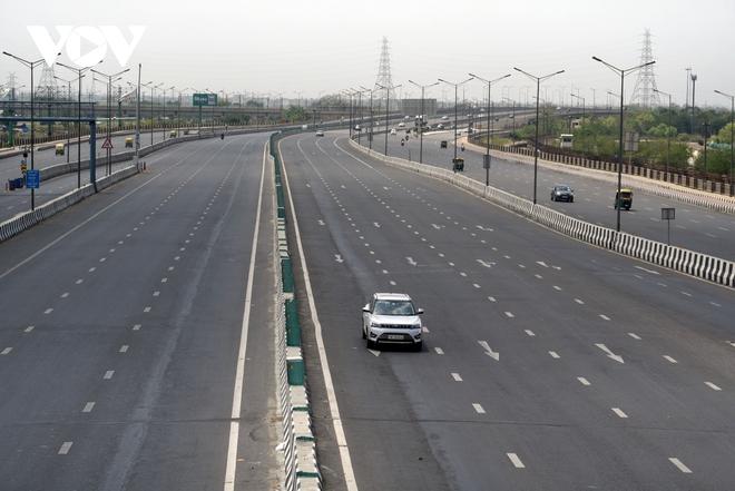 Thủ đô New Delhi vắng lặng trong ngày đầu giới nghiêm vì làn sóng COVID-19 thứ 2 - ảnh 1