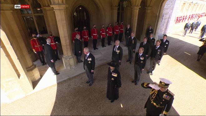 Sau mọi sóng gió, anh em Hoàng tử William – Harry lần đầu mặt đối mặt tại tang lễ ông nội, Công nương Kate cố tình lánh đi để họ được riêng tư - ảnh 4