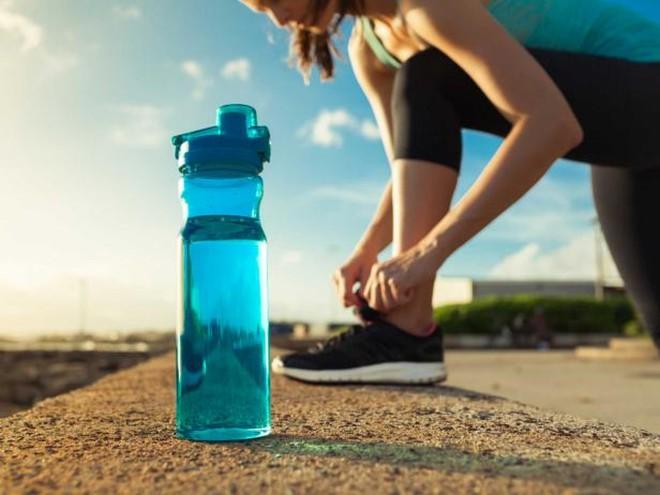 Bình nước nhựa nắp trượt chứa hơn 900 nghìn loại vi khuẩn, bẩn ngang nắp bồn cầu, an toàn nhất lại là loại khiến nhiều người bất ngờ - ảnh 5