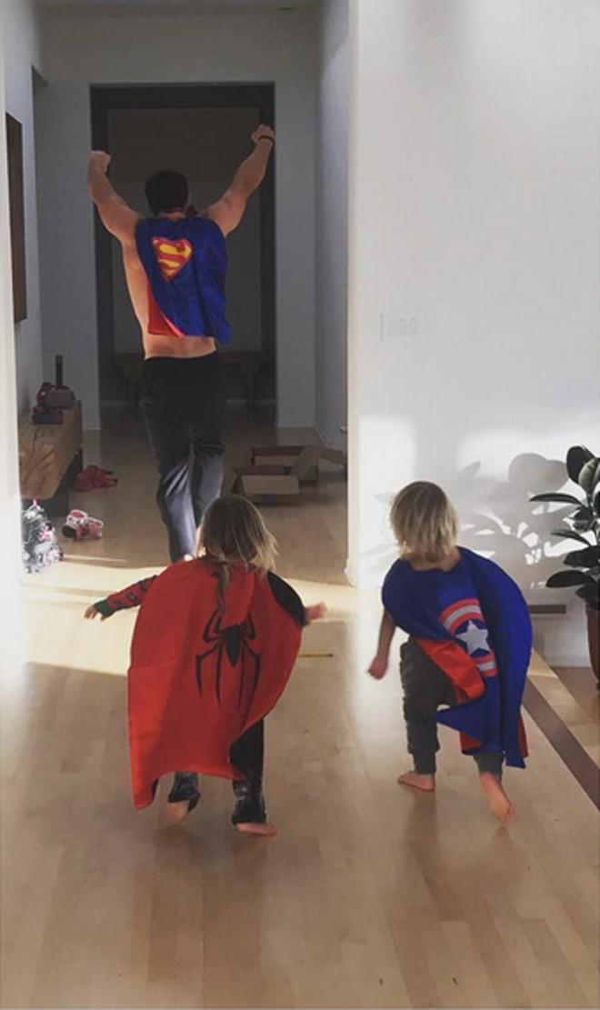 Thái cực đối lập của 2 thánh cơ bắp Hollywood khi chăm con: The Rock hóa bánh bèo, Thor lại cục súc dốc ngược cả con - ảnh 6