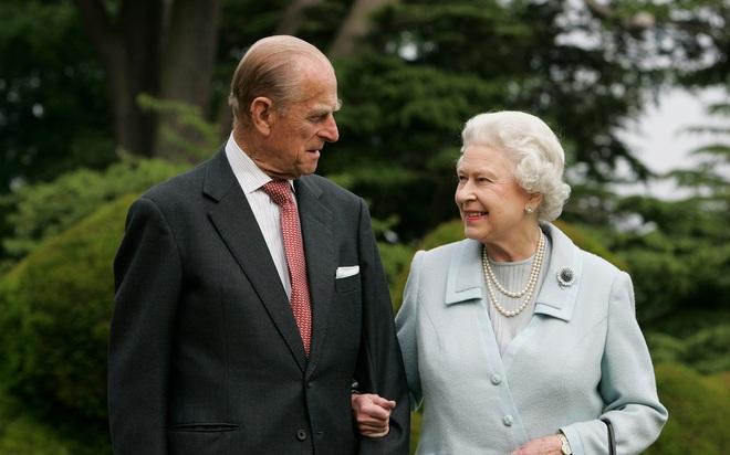 Hé lộ chi tiết ngọt ngào trong bức thư Nữ hoàng tự tay viết đặt trên linh cữu Hoàng thân Philip cùng kỷ vật đặc biệt bà giữ trong túi suốt tang lễ - ảnh 6
