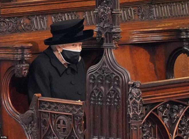 Hé lộ chi tiết ngọt ngào trong bức thư Nữ hoàng tự tay viết đặt trên linh cữu Hoàng thân Philip cùng kỷ vật đặc biệt bà giữ trong túi suốt tang lễ - ảnh 3
