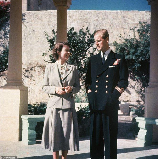 Hé lộ chi tiết ngọt ngào trong bức thư Nữ hoàng tự tay viết đặt trên linh cữu Hoàng thân Philip cùng kỷ vật đặc biệt bà giữ trong túi suốt tang lễ - ảnh 4