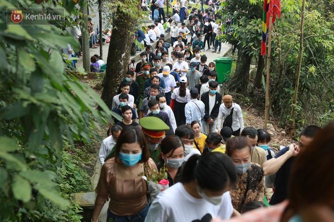 Ảnh: Hàng nghìn du khách chen nhau đi lễ đền Hùng dù chưa tới ngày 10⁄3 - Ảnh 4.