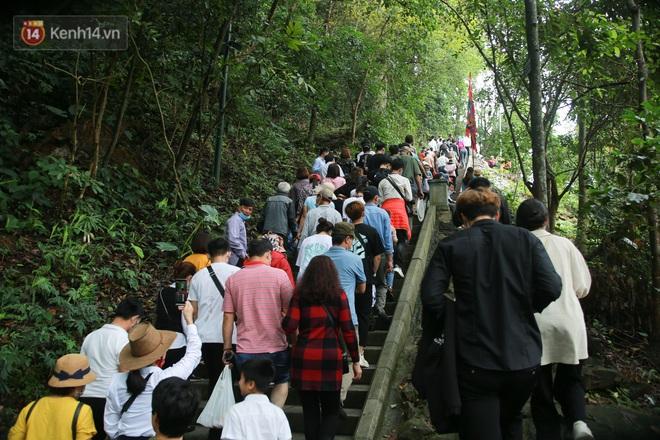 Ảnh: Hàng nghìn du khách chen nhau đi lễ đền Hùng dù chưa tới ngày 10⁄3 - Ảnh 3.