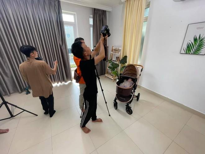Con gái Lê Dương Bảo Lâm được dẫn đi quay quảng cáo, nhìn biểu cảm biết ngay sau này nối nghiệp bố - ảnh 3