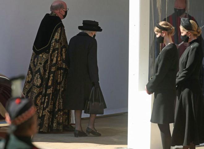 Hé lộ chi tiết ngọt ngào trong bức thư Nữ hoàng tự tay viết đặt trên linh cữu Hoàng thân Philip cùng kỷ vật đặc biệt bà giữ trong túi suốt tang lễ - ảnh 7