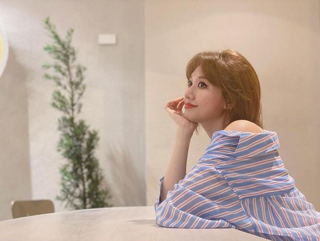 Đáng lẽ Hari Won nên mặc áo sơ mi nhiều hơn vì lần nào diện trông nàng cũng trẻ đẹp hết nấc! - ảnh 1