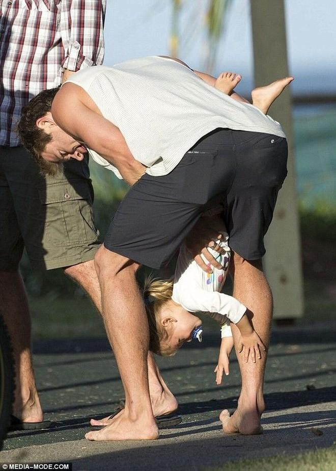 Thái cực đối lập của 2 thánh cơ bắp Hollywood khi chăm con: The Rock hóa bánh bèo, Thor lại cục súc dốc ngược cả con - ảnh 12
